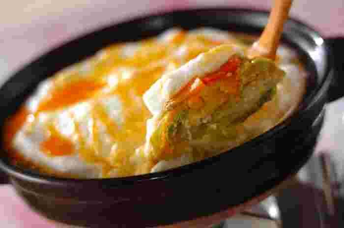 ふわふわメレンゲが新食感の豆乳鍋!豚バラ肉と野菜を入れて満足感もバッチリ。シメには、ぜひご飯やうどんを試してみてください♪