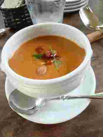 ボルロッティ豆のスープは、見た目以上に満足感が高く、スープとパンとだけでもお腹いっぱいになってしまいそう。