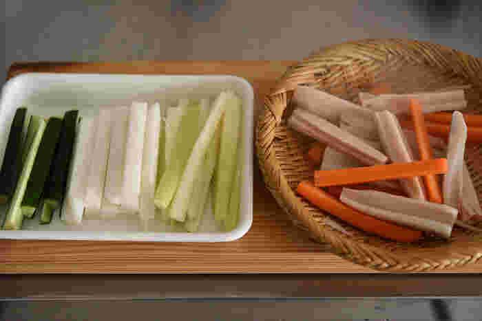 スティックにする野菜は、彩りのバランスを考えながらセレクトを楽しみましょう。他には、パプリカやじゃがいもなどもおすすめ◎今の季節は旬の根菜を固ゆでにして、ぜひ取り入れてみては。