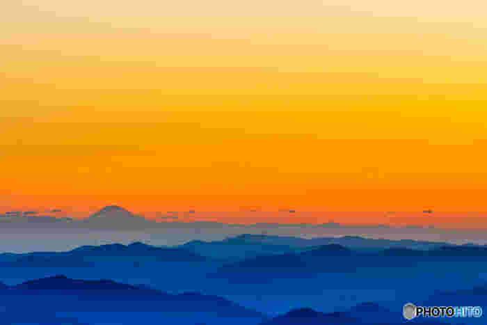 天候に恵まれると、日出ヶ岳山頂からは、日本最高峰の富士山をも見渡すことができます。折り重なるように続く吉野熊野国立公園の美しい山容の先に富士山が顔を覗かせている様は幻想的で、いつまで眺めていても飽きることはありません。
