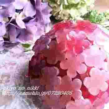 とっても可愛い!紫陽花のドームケーキ。花形の寒天が本物の紫陽花みたいで思わず笑顔がこぼれます。