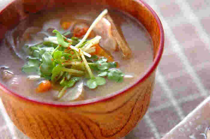 秋の味覚もどんどん食べていきたいですが、秋バテの冷え対策には「体を温める食材」の積極摂取も一緒に進めていきたいところ。  たとえば、地中で育つ根菜類(にんじんやレンコン、しょうがなど)には体を温める作用でよく知られていますよ。  お味噌汁としていただいたり、天ぷらにしたり、チップスにしておいしくお菓子としていただいたりと、こちらも調理方法が豊富なので飽きずに実践できそうですね。