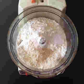 薄力粉、グラニュー糖、無塩バター、塩を合わせ、バターが細かい粒状になるまでフードプロセッサーなどで混ぜます。   ボウルに移して、合わせた卵と牛乳を数回に分け入れ、切るように混ぜていきます。