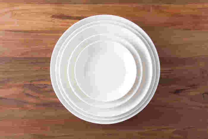 フィンランド発、イッタラの「ティーマ」は、無駄な装飾を排したシンプルな形となめらかな質感が特徴です。プレートは4種類のサイズがあり、さまざまな料理に対応。オーブン・電子レンジ・食洗機等にも対応し、「普段着」感覚で使えるおしゃれなテーブルウエアです。清潔感あるホワイトのほか、ライトブルーやグレーなど、食材を引き立てるカラーバリエーションも魅力。