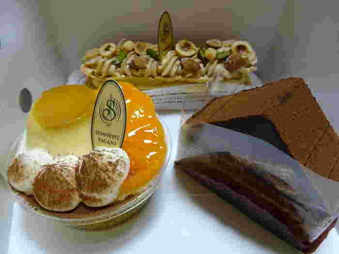 ケーキもチョコレートやプリンのせなど、色々な種類があります。