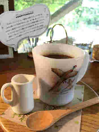 ドリンクの器もかわいい鳥の絵柄が♡  晴れた日は、ぜひ庭の席へ。外で食べるパンケーキは格別のはず!