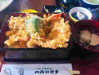 鮮魚問屋直営だけあって、お魚のおいしさは格別。こちらの「海老魚天丼」は、海老天と白身魚の天ぷらがダブルでのっていますよ。さっくりボリューム満点で、食べ盛りのお子さんや男性も大満足。