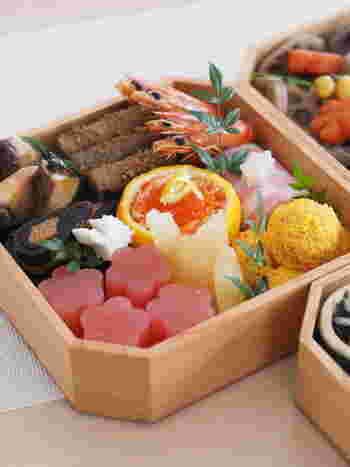 二の重には紅白なます・たたきごぼう・ブリの焼き物など、酢の物とおせちの中でもご馳走とされる焼き物を詰めます。
