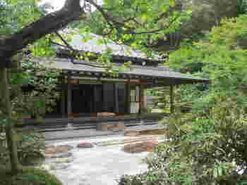 こちらも石窯ガーデンテラスと同じく浄妙寺の境内にあります。1500年代に建てられた建物を復興した、書院造りのお茶室です。