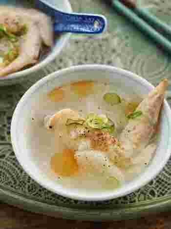 ほろほろの鶏肉と、とろ〜りスープの参鶏湯。材料を入れてスイッチを押すだけで出来上がり。お米を増やせばダシのきいた鶏がゆに。