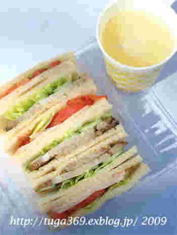 丁度いいバターの加減と、トマトや焼き豚などの具を挟んだサンドイッチはバランスが絶妙!軽い食感でパクパク食べられます。