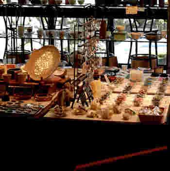 その名の通り、ズラリと雑貨の並ぶギャラリーがメイン。そこにカフェが、併設されているんです。