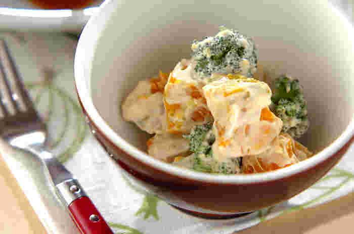 レンジでチンしたかぼちゃを、ヨーグルトやマヨネーズが入った酸味のあるドレッシングで和えたサラダです。洋風メニューに沿える副菜にぴったりですよ。