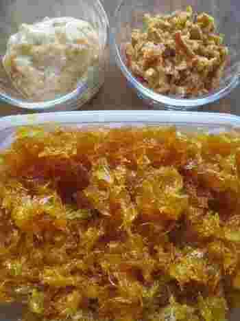 はっさく酵素シロップのはっさくの実をジャムに。煮詰めていくうちに、実がほぐれますので、薄皮をできるだけ取り除いているそうです。