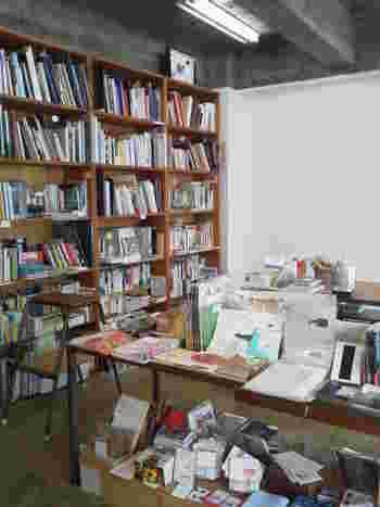 店内はそれほど大きくはないですが、店主こだわりの本や雑貨が並びます。  他の本屋では見つからないビジュアルブックやリトルプレスなど、ひとつひとつ手に取ってみたくなるものばかり。
