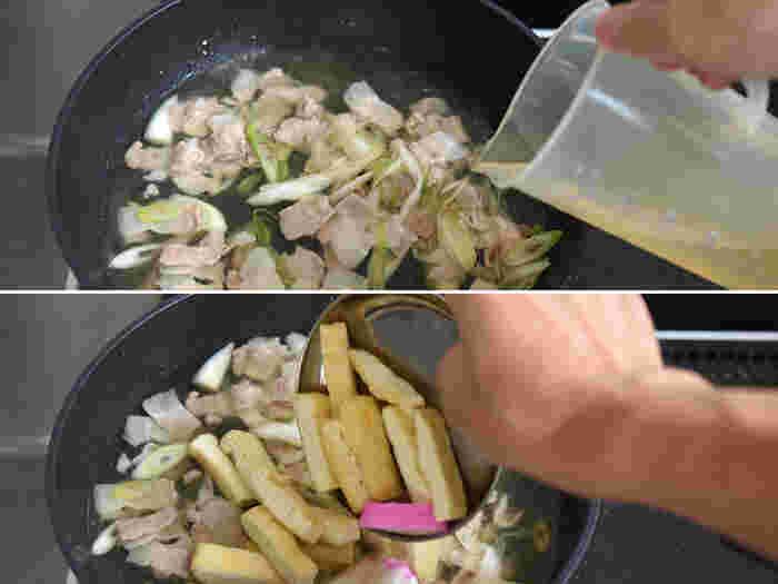 調理にはお鍋よりフライパンの方がおすすめ。ねぎと豚肉を炒めて塩でほんの少し下味をつけたら、だし汁を加えて油あげとかまぼこを投入します。アクを取りながら、うどんつゆの調味料を加えて1~2分煮込み、具材にしっかり火を通していきます。