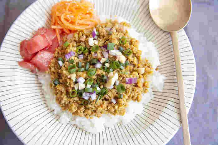 和風テイストのあっさり目のチキンキーマカレー。最後にしょうゆ麹を少し混ぜると、ぐっとコクが出るのでオススメです。サラダとともにワンプレートに盛りつけてカフェ風に。