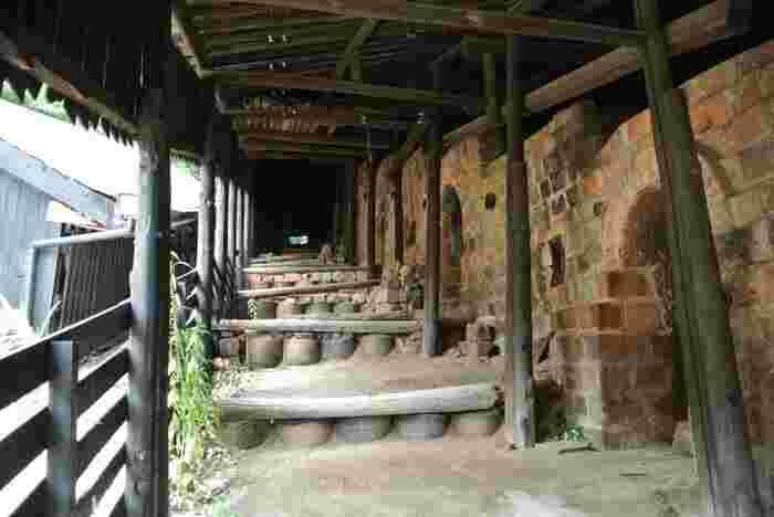 1887年頃に造られた登り窯(陶栄窯)では、実際に1974年までに常滑焼が生産されていた窯です。この登り窯は、日本に現存している登り窯としては、最大級の規模を誇り、重要有形民俗文化財、近代化産業遺産に指定されています。