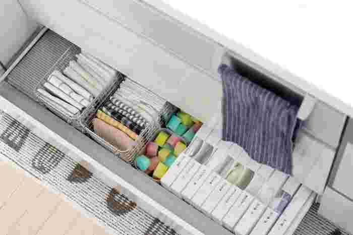 ステンレスワイヤーバスケットは、水に強いので水回りに置いても安心。整えられたキッチンシンク下は、いつ見ても気持ちがいいです。無印良品の収納グッズで、引き出し収納を整理整頓しませんか?