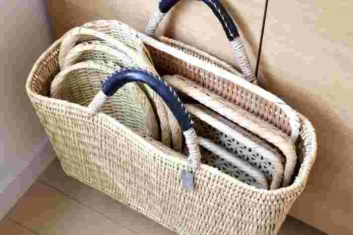 かごバッグの中に竹ざるを収納するナイスアイデア!色味も同じですっきりと収納できていますね。
