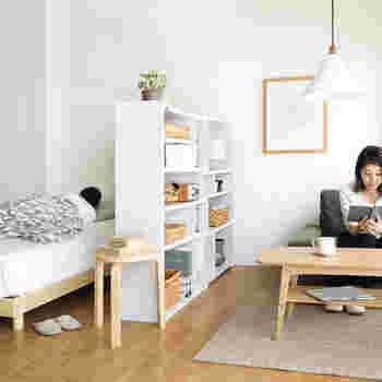 """ワンルームのお部屋では、こちらのように空間を仕切る""""パーテーション""""としても活用できます。シンプルでおしゃれなデザインの伸縮式ラックは、北欧やナチュラルテイストのお部屋との相性も抜群です。"""