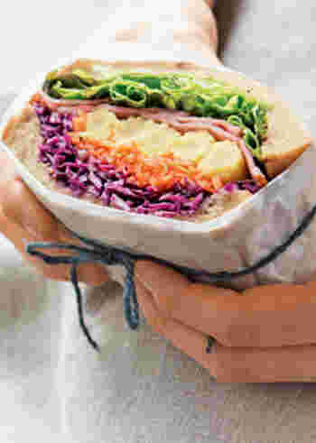 彩り鮮やかな「5色のサンドイッチ」。見ための華やかさはさることながら、5種類の野菜をたっぷり食べられるボリューミィなサンドイッチは、ヘルシーなのに食べ応え抜群です◎