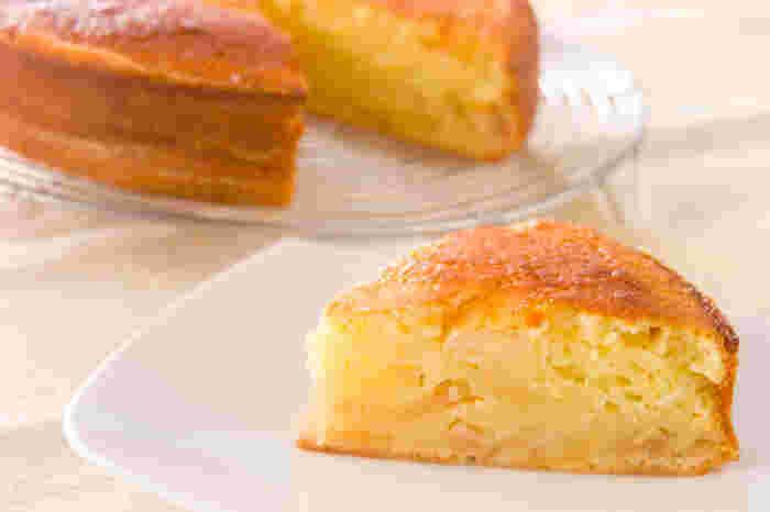 混ぜて焼くだけのとても簡単でおいしいリンゴのケーキです。こちらはリンゴのコンポートを使っていますが、生でも他のフルーツやアーモンド類でもOKです。