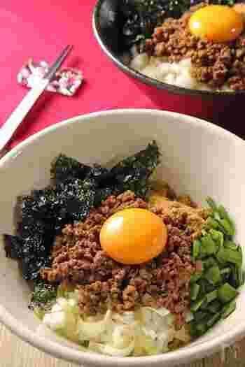 台湾まぜそばは、中華麺にピリ辛そぼろと生卵、刻んだニラ・ネギ・海苔をトッピングした麺料理です。そぼろのパンチが強そうですが、海苔の風味がマッチして良い脇役になってくれます。
