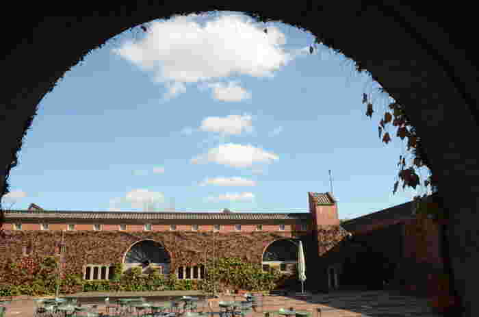 美観地区を散策するだけでも楽しいのですが、近代化産業遺産に認定されている「倉敷アイビースクエア(画像)」、エル・グレコの『受胎告知』で有名な大原美術館など有名観光スポットも多くあります。