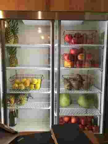 ショーケースに並ぶさまざまな野菜や果物たち。ジュースの搾りかすなどは肥料として再利用されているそうです。