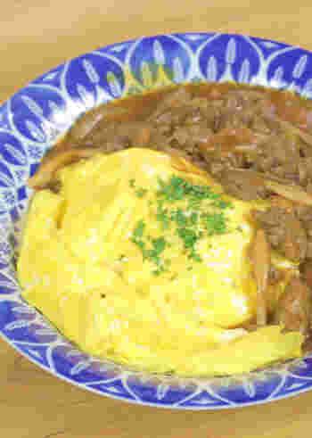 牛すじビーフシチューが残ったら、ふわふわ卵をのせてオムライス風の欲張りな一品に。ビーフシチューの濃いうまみと卵のまろやかさがお口の中で溶け合って、あっという間に完食のおいしさです。