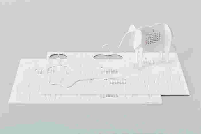 ハサミやのりを使わず、切り取って組み立てて作ります。白い紙で出来ているから、光の陰影がスタイリッシュに映ります。