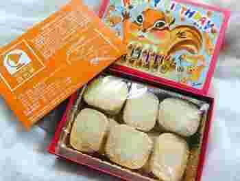 """お味もさることながら、画家""""藤岡さち""""さんが描くイラストも人気のヒミツ。「Happy Birthday」「ありがとう」などのメッセージ入りや、「入学式」「ハロウィン」など季節や行事に合わせたイラストがあったりと、バリエーションが豊富なボックスです。  クッキーの種類も豊富で、こちらは「ココナッツクッキー」。他にも「チーズのクッキー」「チョコマカダミアクッキー」「晩柑クッキー」などがあります。"""