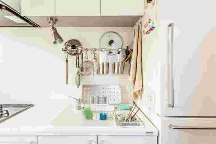 ポールにS字フックを掛けてツールを吊るして収納。ポールと壁の間にお鍋のフタをしまったり、フックのついた容器を引っかけてツール類をまとめて収納。ポールを最大限活かしたアイデアです。