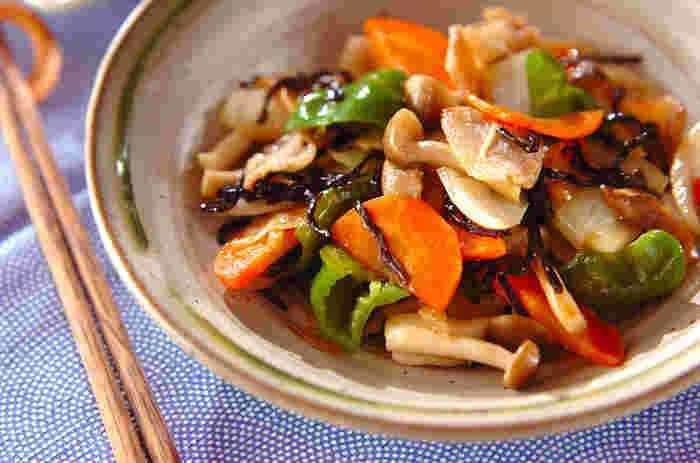 豚バラ肉、玉ねぎ、にんじん、ピーマン、しめじ、塩昆布で作る「豚肉と昆布の炒め物」。たっぷりの野菜がいただける炒め物も、味付けに塩昆布を使えば、簡単にカラフルな見た目も美味しそうで食欲をそそる炒め物を作ることができます♪