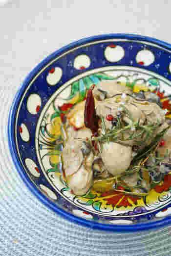 加熱用牡蠣を洗ったら、フライパンで軽く水分を飛ばして、小鍋に。ガーリックオイルとともに煮込んだら、瓶詰めして、だいたい完成です。