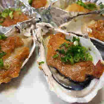 殻つきの牡蠣が手に入ったら、オーブントースターでじっくりと焼いてみると、器代わりになって特別感がアップ。殻がついていない牡蠣の場合は、アルミホイルでカップを作るかココット皿を使うとよいでしょう。
