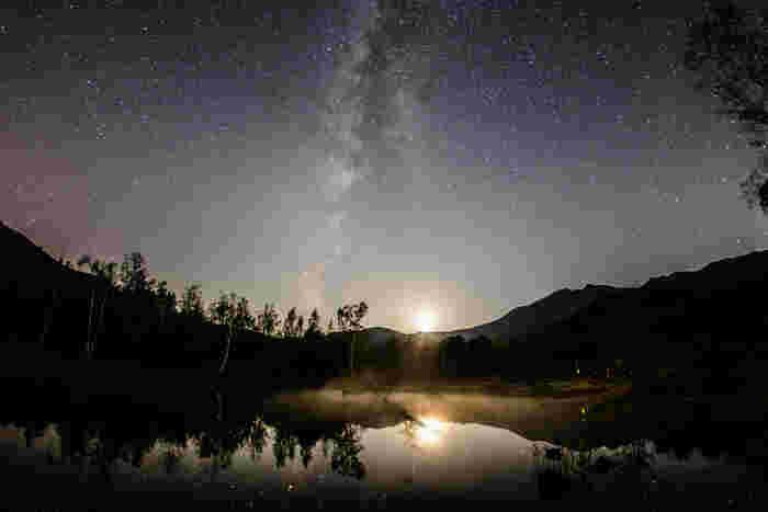 空気が澄んでいる乗鞍高原で眺める夜空の美しさは格別です。漆黒の世闇に無数の星々が煌めく様は、まるで天然のプラネタリウムのようです。