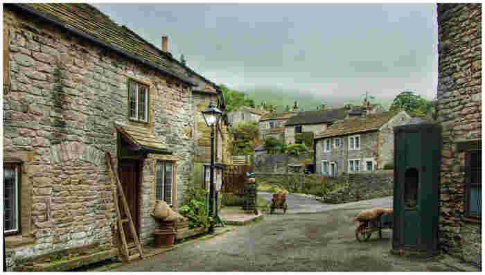 キャッスルトンの村の中では、メルヘンの世界のようです。石造りの可愛らしい家々が並ぶ細い路地は、そぞろ歩きにぴったりです。