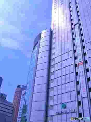1717年(享保2年)に京都で呉服店「大文字屋」を開業したのが、現在の「大丸」の始まり。梅田店は1983年に大阪駅のターミナルビル「アクティ大阪」内に開店されました。大阪駅一帯の再開発が進み、2011年に「アクティ大阪」が増改築され、「大阪ステーションシティ」のサウスゲートビルディングとしてオープンする際に、『大丸梅田店』もリニューアルしました。  JR大阪駅と繋がる大阪ステーションシティの一部。ユニクロや東急ハンズもテナントとして入っています。2011年のリニューアルを機に、関西で注目度の高いショップが多く入店した印象が。