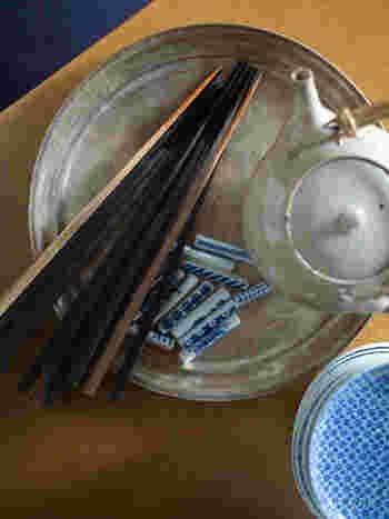 木の椀が気になるなら、毎日使うお箸も一緒に良いものを揃えてみてもいいかもしれません。こちらは美しくも硬い「黒檀」を使った東屋の木箸です。先端は補足削り出され、使いやすさも兼ね備えています。