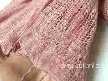 こちらは、ハーブティーで知られるローズヒップで染めた麻布。飲み物として楽しんだあとは、草木染めで遊ぶのも素敵ですね。