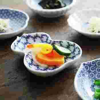 印判は、江戸時代から続く伝統的な染付け技法。こちらは、白磁に小紋柄を施した上品なシリーズです。小紋柄は、くせがなく、どんな料理にもしっくりとなじみます。
