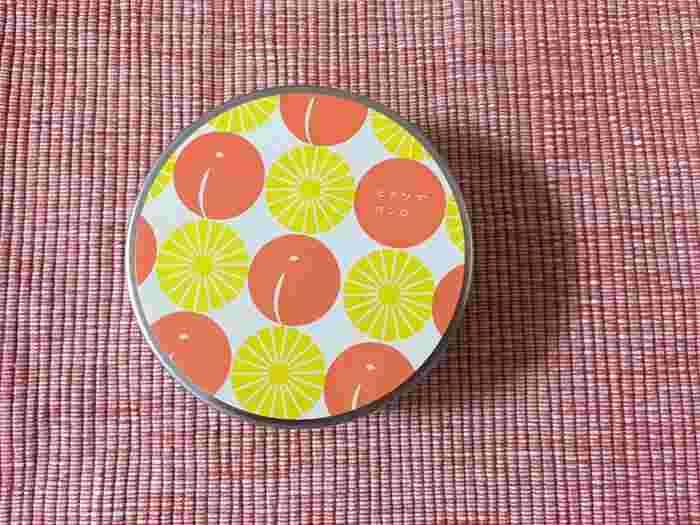 小さな缶シリーズの「カモミール&アプリコット」。飴に合わせて、缶のパッケージもデザインされています。