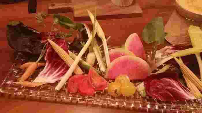 バーニャカウダ。新鮮な野菜と華やかな盛り付けが人気のメニュー