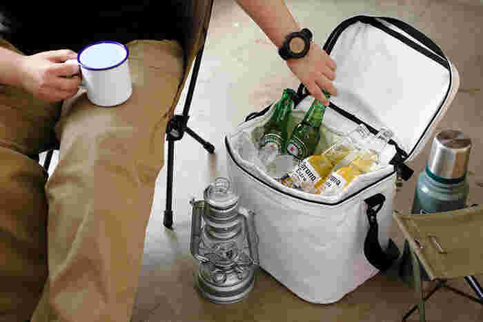クーらボックスのようでいて、折りたためる便利さがある保冷バッグです。飲み物や食品をしっかり保冷して、アウトドアでも快適に。