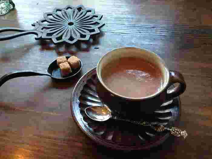 ホットチョコレートは無糖のもので、ブラウンシュガーで甘さを調節できる本格派。器やテーブルの小物にもこだわりが感じられますね。