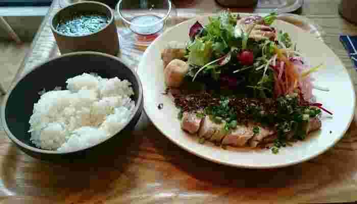 お肉派におすすめなのは「国産豚肉のローストプレート」です。しっとり柔らか&ジューシーな仕上がりのお肉は、お野菜も一緒にもりもり食べられると人気。盛り付けのセンスも良く、ランチタイムのおしゃべりに花が咲きそうです。
