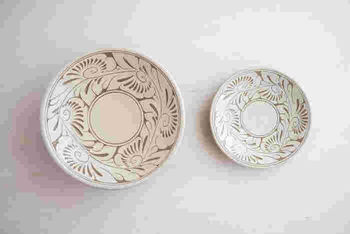 繊細な唐草模様が手作業で彫り込まれている「唐草線彫皿」。どこかオリエンタルでエスニックな雰囲気に思わず引き込まれる不思議な食器です。白唐草は清潔感があり爽やかな印象。淡い白地がお料理を引き立ててくれます。