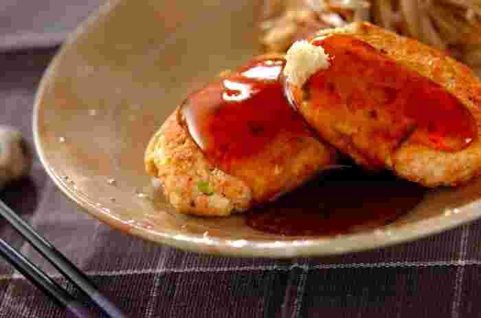 お魚の切り身を使うと、お魚ハンバーグも手軽に作れますね。こちらは鮭と豆腐のハンバーグ。さっぱりとした味わいで、ヘルシー志向の方やダイエット中の方にもよさそう。